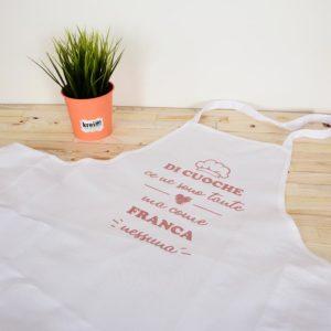 Grembiule personalizzato con taschino lasterale. Un'idea originale da regalare a chi ama la cucina. Personalizzabile con foto frasi disegni o loghi.